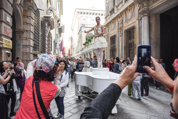 Genova, via Garibaldi. Carillon umano, iniziativa degli eventi di Genova in Blu.